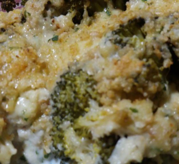 Brocoli con queso,anacardos,nueces perejil y bechamel de dieta.