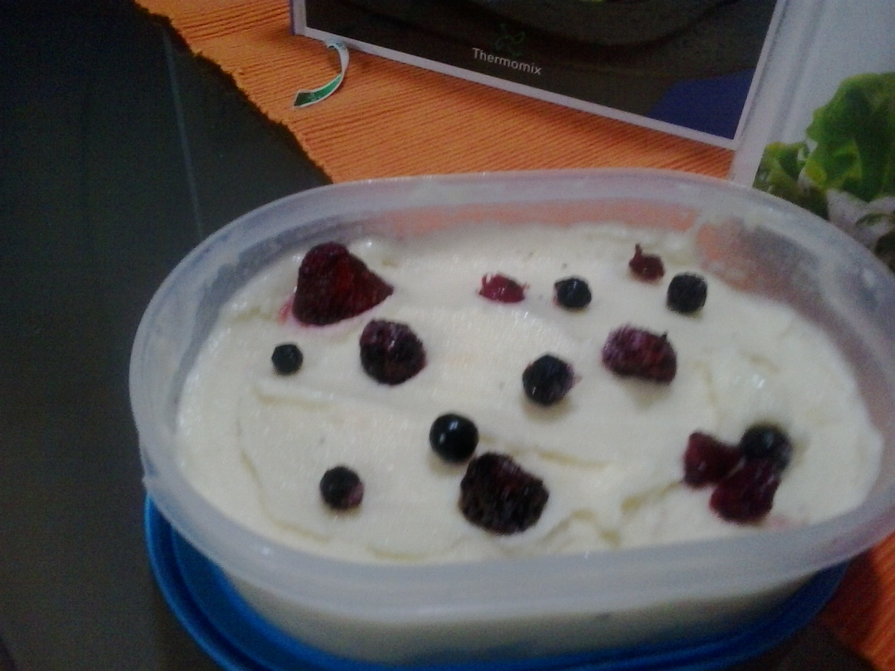 Helado light de fruta congelada y yogur desnatado edulcorado con Thermomix®