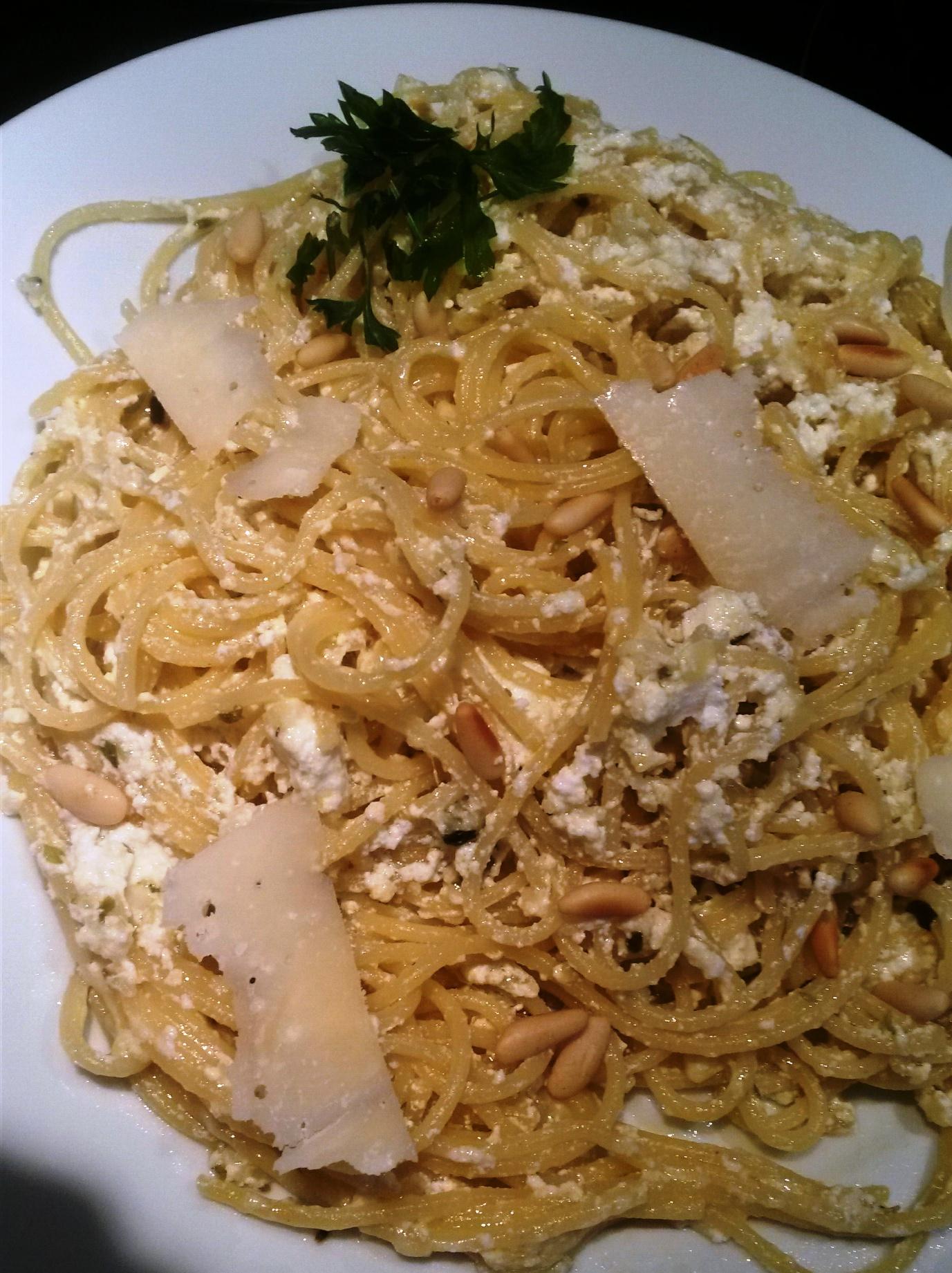 Espaguetis ( PASTA) con equeson,parmesano y enmental. rapidos con themomix