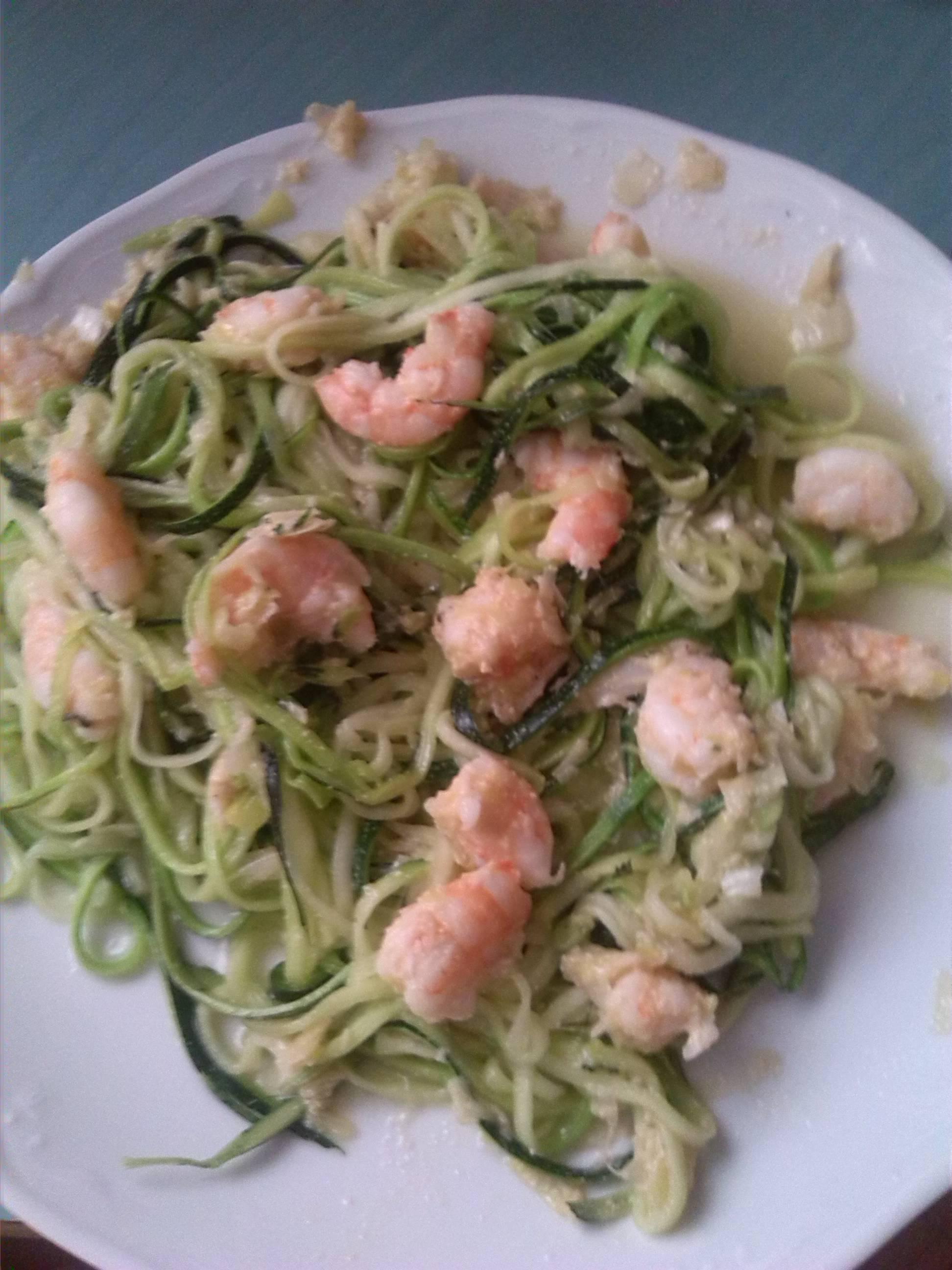 Espaguetis de calabacín con puerro y langostinos