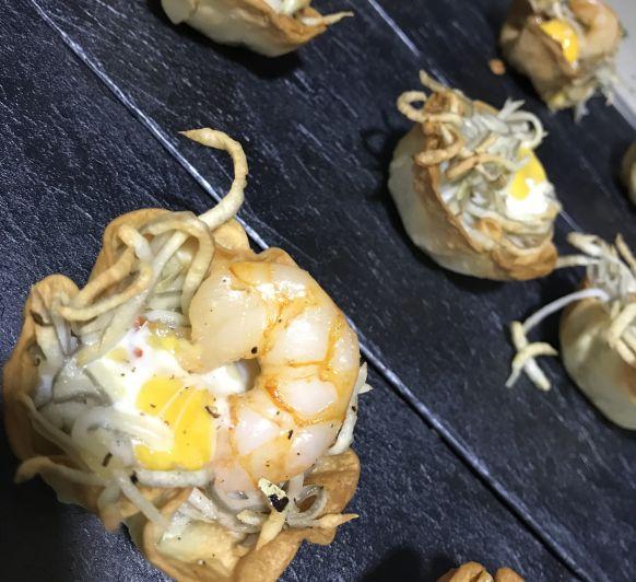 Cestitas de gulas,gambitas y huevos codorniz