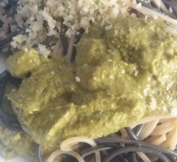 Espaguetis de sepia e integrales con pesto de perejil con Thermomix®