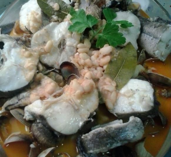 Judias blancas, con almejas y merluza con Thermomix® ** 270 kcal. light.